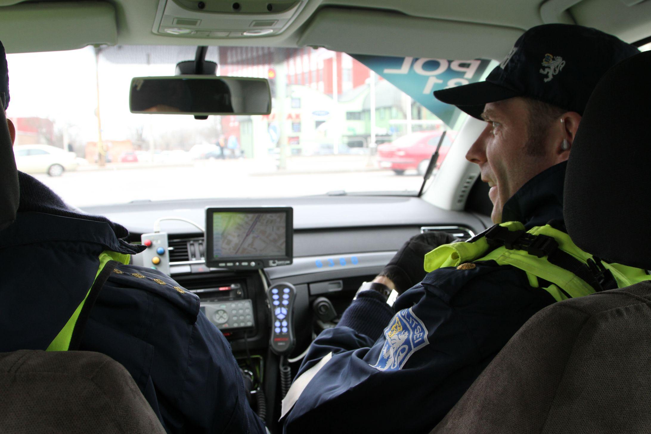 POLITSEI JÄLGIB! Politseinikud jälgivad täna jalakäijate liiklusharjumisi foorita ülekäiguradadel