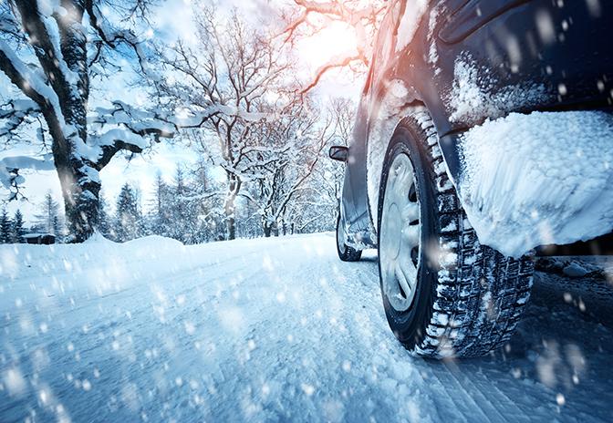 VIDEO! Kuidas autoga lumme kinni jäädes tagasi teele saada?