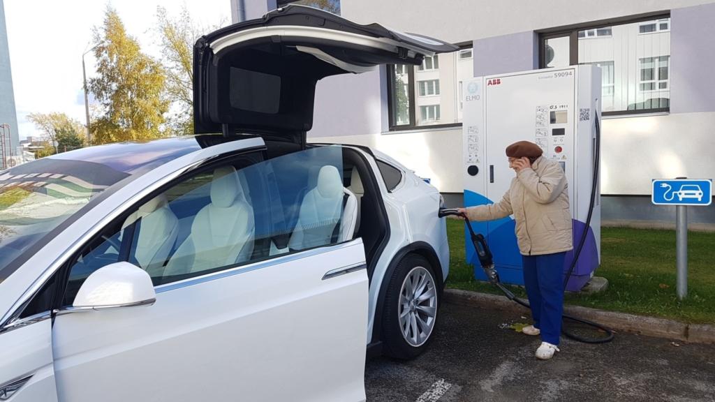 VIDEO! Vaata, kuidas 92-aastane Roosi uue Tesla rooli istus
