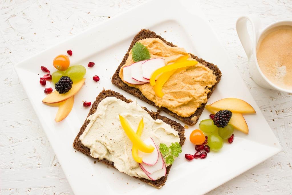 VIDEO I Ostukorvide hinnavõrdlus: millisest poest saab odavaima leiva ning vorsti?