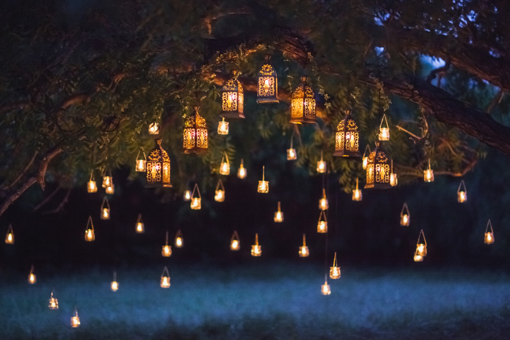 Night,Wedding,Ceremony,With,A,Lot,Of,Vintage,Lamps,And